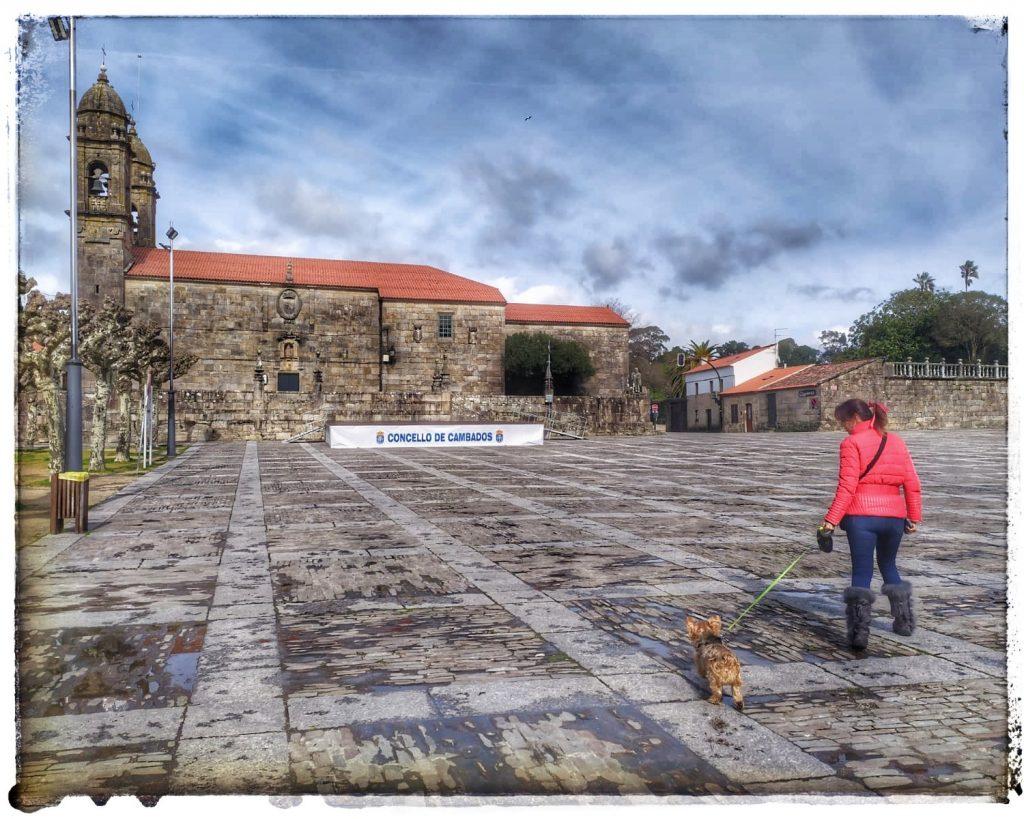 @lauranaturalmente Iglesia de San Benito en la Plaza de Fefiñans en Cambados