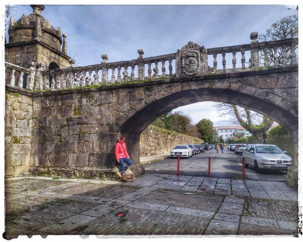 @laura_naturalmente arco-puente de la Atalaya de la Torre del Homenaje en la plaza de Fefiñans Cambados