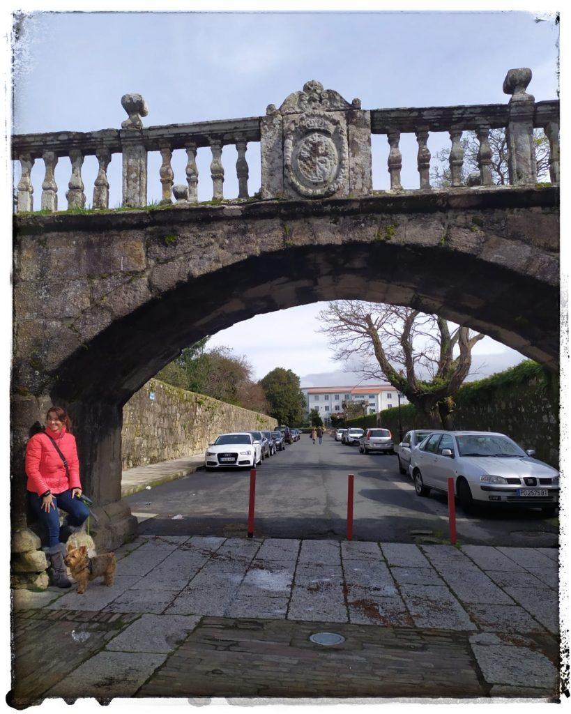 @laura_naturalmente Arco puente de la plaza de Fefiñans en Cambados