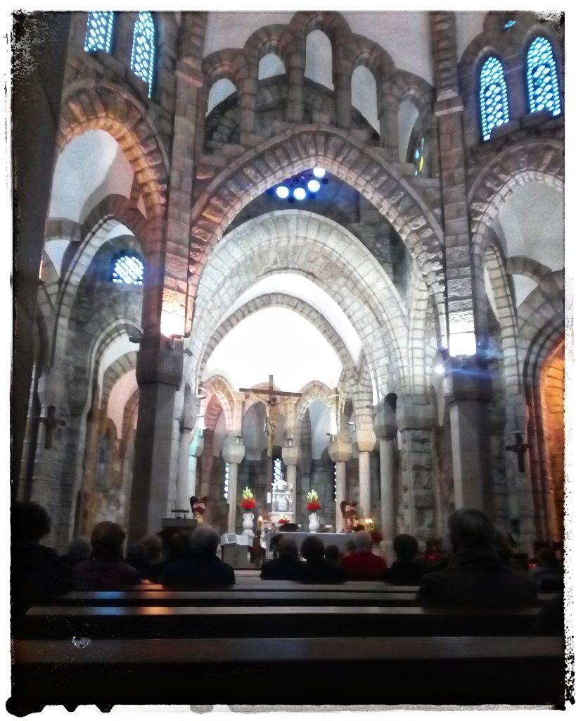 @laura_naturalmente dentro del templo de la Veracruz en O Carballiño en Ourense