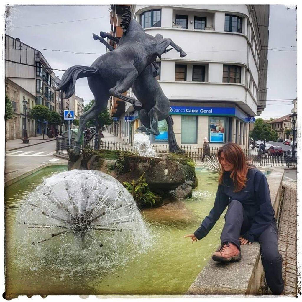 @laura_naturalmente en la Fuente de los Caballos en Lalín ou fonte dos cabalos .
