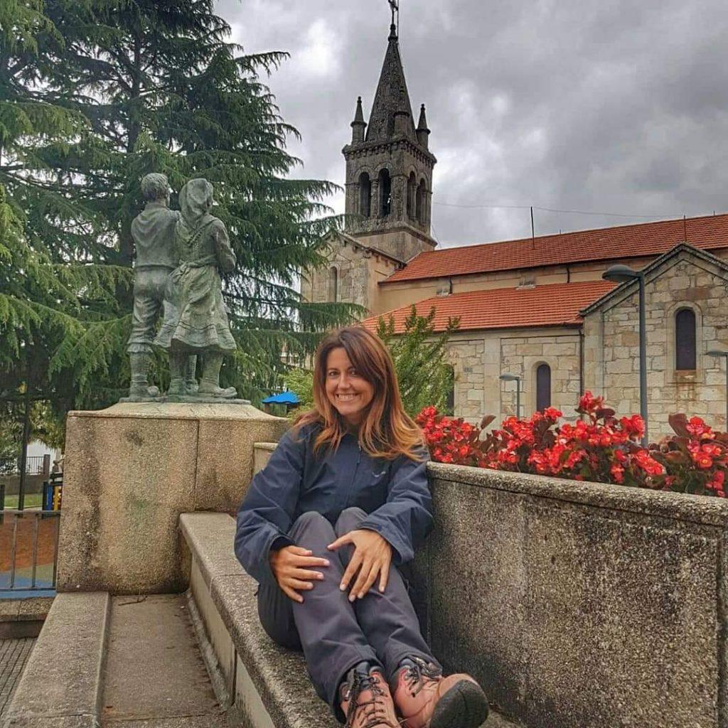 @laura_naturalmente al lado de la plaza de la iglesia en Lalín.