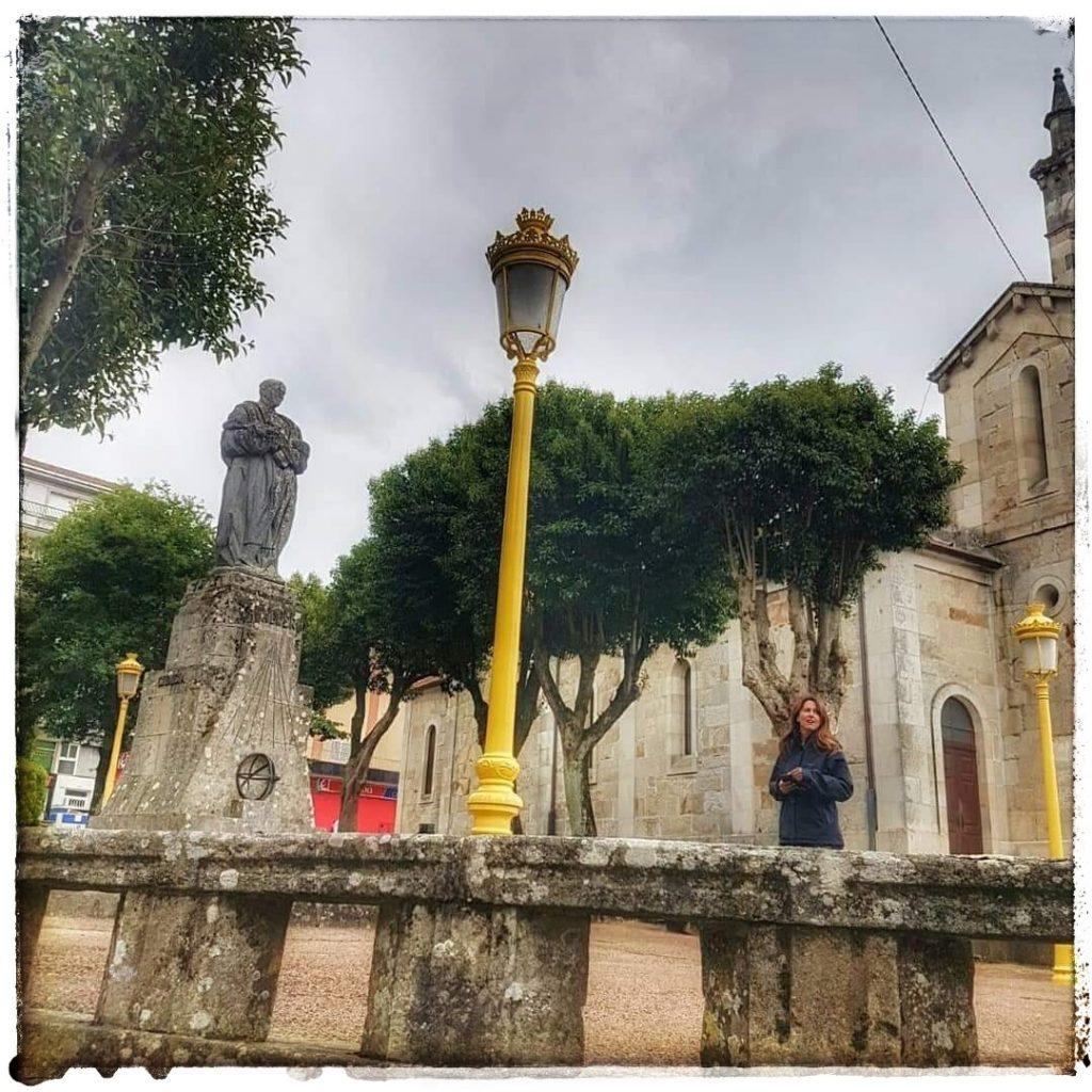 @lauranaturalmente En la plaza de la Iglesia en Lalin donde se encuentra la escultura a Don Ramón María Aller Ulloa.