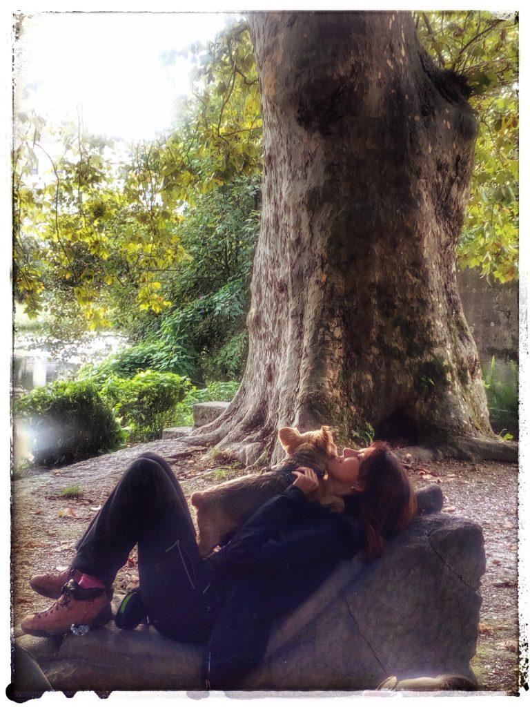 @laura_naturalmente Parque del Robledal Caldas de Reis - río Umia - descansando Laura y Ulises