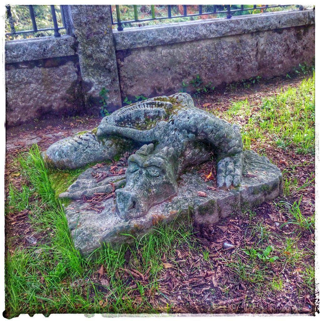 @laura_naturalmente Parque del Robledal Caldas de Reis - río Umia  - sorpresas en parque - un cocodrilo