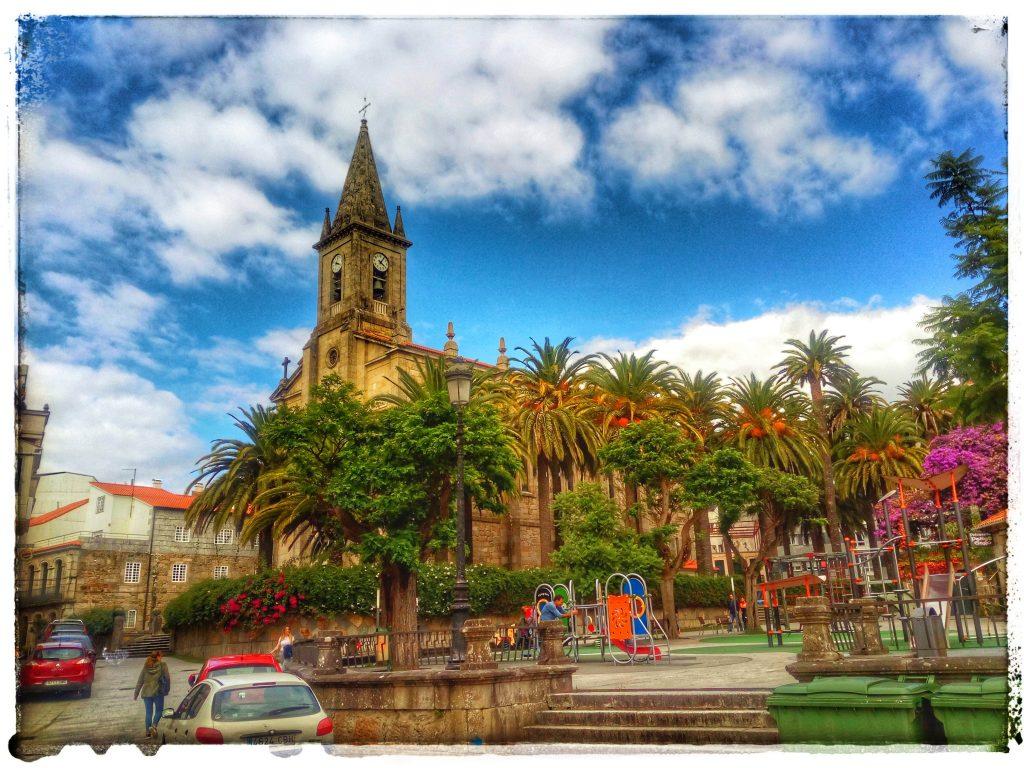 @laura_naturalmente Iglesia Santo Tomás y Palmeral en Caldas de Reis