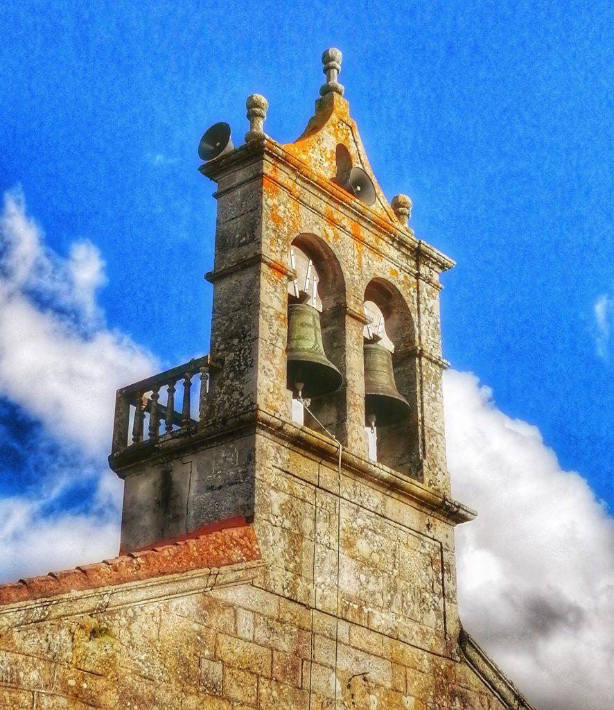 @lauranaturalmente Campana de Anllóns en la Iglesia de San Fiz de Anllóns en Ponteceso en A Coruña