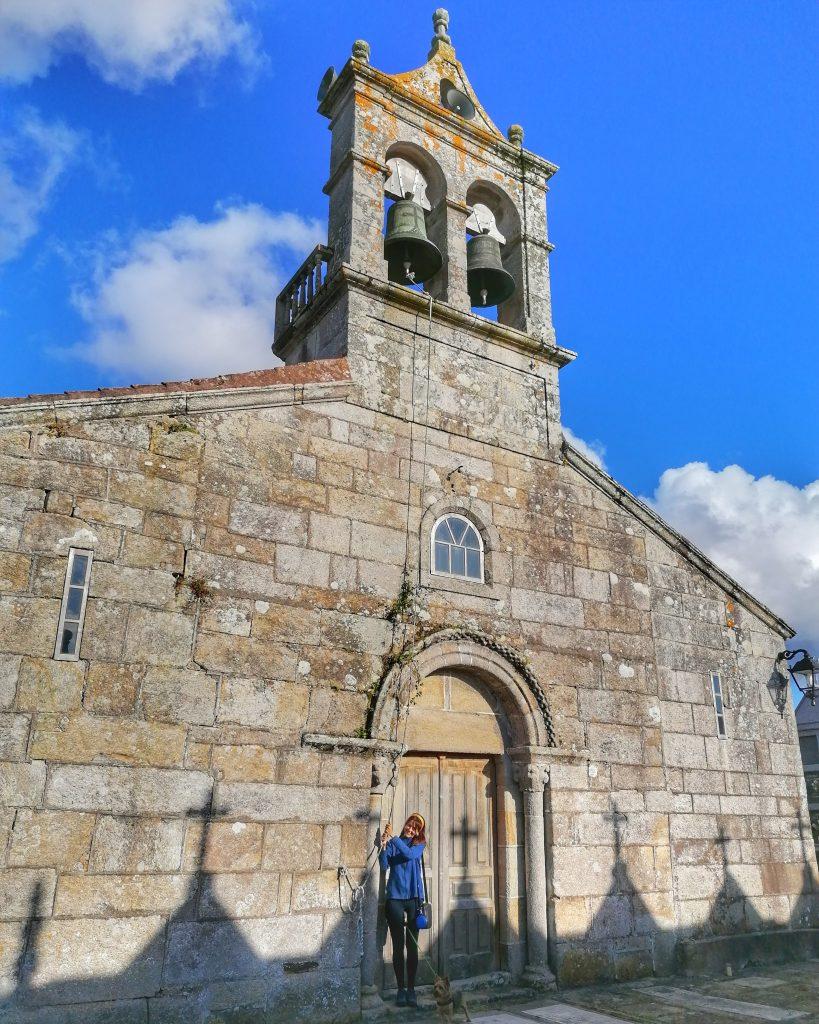 @lauranaturalmente Iglesia románica de San Fiz de Anllóns donde Eduardo Pondal escritor del himno gallego le dedicó un poema a su campana!!!